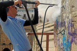 Comienza la limpieza de las pintadas en Dalt Vila