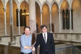 Iglesias asegura a Puigdemont que Podemos continuará defendiendo el referéndum