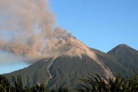 El volcán de Fuego de Guatemala entra en erupción y genera explosiones
