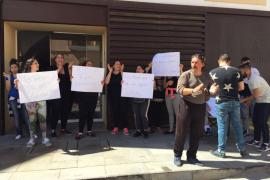 Una treintena de vecinos de Sa Penya se concentran contra los desalojos