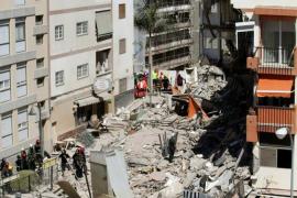 Hallan el cadáver de una mujer entre los escombros del edificio derrumbado