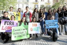 Alrededor de 50 alumnos se concentran en las Pitiüses contra la LOMCE y el 3+2