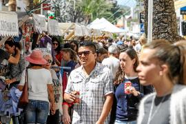El sol participa en el rotundo éxito de la Feria de Stocks de Santa Eulària