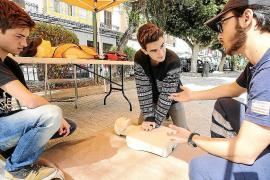 Voluntarios de Protección Civil enseñan cómo salvar vidas gracias a la reanimación