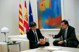 Rajoy deja claro a Puigdemont que la consulta es imposible pero le regala un Quijote