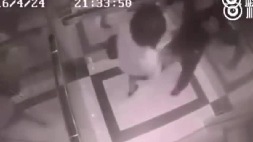 Acosa a una mujer en un ascensor y se lleva una buena tunda