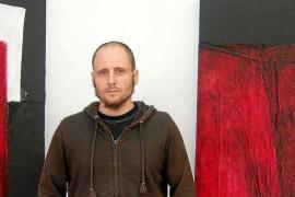 Pinturas de Adrián Cardona en rojo y negro