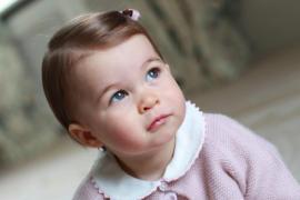 Los duques de Cambridge difunden fotos de la princesa Carlota por su primer cumpleaños