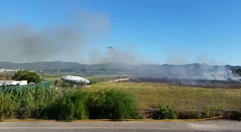 Un medio aéreo participa en la extinción de un incendio agrícola en Sant Antoni