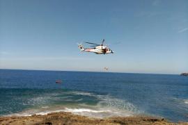 Rescatada en helicóptero una mujer tras precipitarse desde unos 12 metros en Cala Fornells