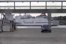 Un barco de pasaje permanece cuatro horas en el puerto de Eivissa sin poder zarpar