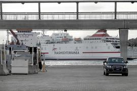 Un ferry permanece 4 horas en Botafoc hasta que logran desenganchar su ancla del fondo