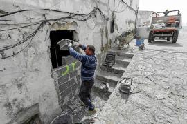 Los trabajos de tapiado continúan en sa Penya dos semanas después del desalojo