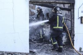 Aparatoso incendio arrasa dos garajes en Santa Eulària
