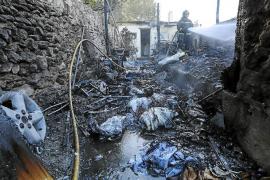 Sobresalto en Santa Eulària por el aparatoso incendio de dos garajes de una vivienda