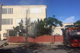 Se incendia un poste de la luz en la fachada del instituto Isidor Macabich de Vila