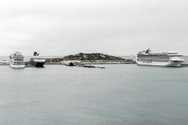 Tres grandes cruceros coinciden en los muelles y el dique de es Botafoc