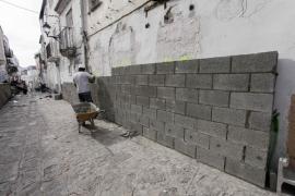 Empiezan a levantar el muro de la zona desalojada de sa Penya