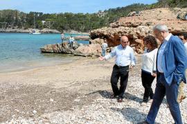 Cala Salada será la primera playa de Eivissa en tener restringido el tráfico de coches