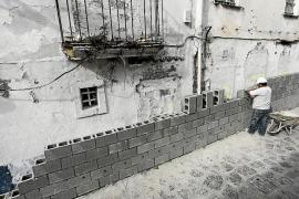 Vila empieza a levantar el muro de 150 metros que rodeará las viviendas de sa Penya