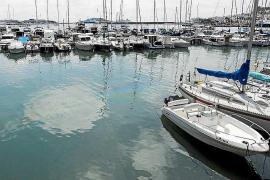 Salvamento Marítimo disuelve una mancha en el muelle de ribera de Vila