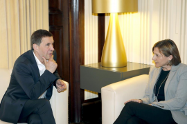 La presidenta del Parlament catalán se reúne con Otegi