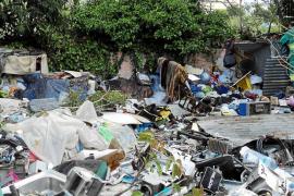 El Ayuntamiento de Vila desmantela un asentamiento ilegal en ses Feixes