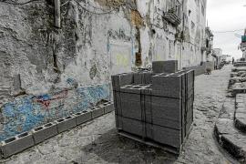 Los vecinos no desalojados de sa Penya critican el levantamiento del «muro de Vila»
