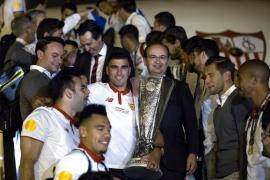 La copa llegó a Sevilla vitoreada en el aeropuerto por numerosos aficionados