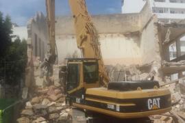 La máquina que derriba sa Graduada traslada sus trabajos a la zona de la calle Castilla
