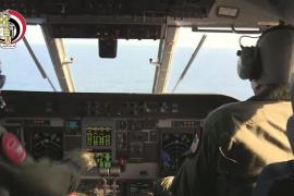 Egipto encuentra restos humanos, un asiento y equipaje del avión de EgyptAir