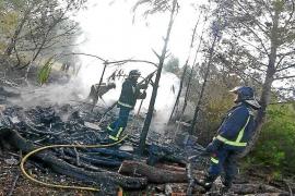 Los bomberos extinguen un fuego que arrasó una caseta de aperos y una zona de rastrojos en Santa Gertrudis