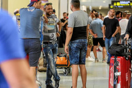 Un grupo organizado de 'piratas' ya opera en el aeropuerto mientras hay quejas por falta de taxis