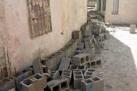 Tumban decenas de bloques de hormigón del muro de sa Penya en la calle Retir