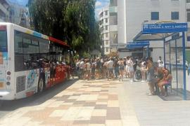 Colas de usuarios bajo el sol para coger el autobús mientras no abra el Cetis