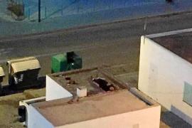 Rescatan a un hombre dormido y bebido en un tejado de Sant Antoni