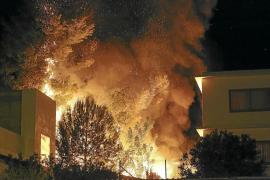 Alarma en Santa Eulària por un incendio en un solar lleno de basura
