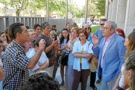 Los trabajadores de Cas Serres exigen ante el Consell que se mantenga el hospital