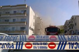 Los bomberos siguen trabajando nueve horas después en la extinción del incendio en los apartamentos de Sant Antoni
