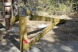 Actos vandálicos en la valla de Cala Salada casi un mes después de su instalación