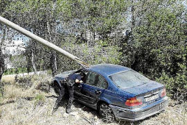 Una vecina de Sant Antoni herida por una piedra despedida tras un espectacular accidente