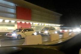 Medio centenar de taxistas exigen en el aeropuerto que se acabe con los piratas