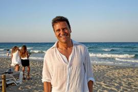 El cirujano plástico Iván Mañero participa en un acto solidario en Formentera