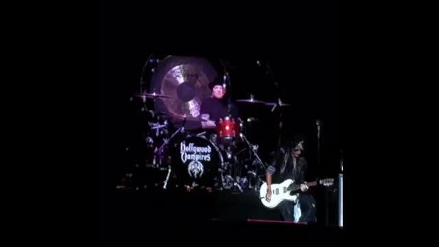 El guitarrista de Aerosmith, hospitalizado tras caerse en un concierto