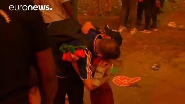 Un niño portugués consuela a un aficionado francés