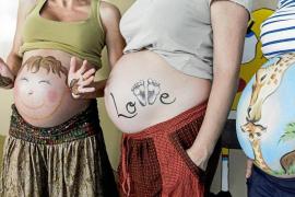 Vientres maternos convertidos en lienzos