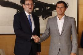 Rivera se niega a estrechar la mano de Rajoy por segunda vez pese a las peticiones de los gráficos