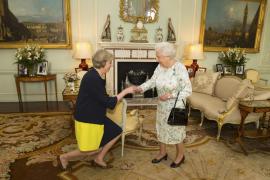 May recibe el encargo de Isabel II para formar Gobierno