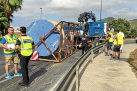 Colapso en los accesos de Vila por la caída de unas bobinas que transportaba un camión