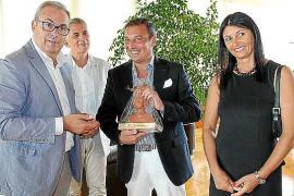 El Consell reconoce la fidelidad de un turista italiano que visita la isla desde hace 30 años